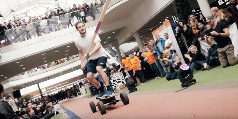 Record du monde de saut à la perche en skate électrique