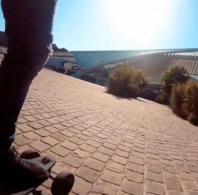 Benjamin-se-balade-en-skate-électrique-autour-de-la-Gare-de-Liège-en-Belgique